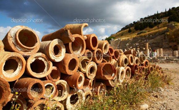 Старые глиняные трубы для